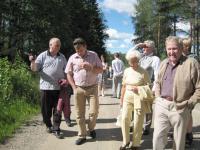 Sukukokouksen jälkeen kokousväki tutustui Hirvikosken kylänraittiin Eero Hirvikosken asiantuntevalla opastuksella. Monilla oli omiakin muistoja ja muistikuvia kotikylästä.