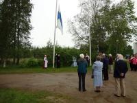 Tuula ja Taito Hirvikoski nostivat lipun salkoon kokouksen kunniaksi